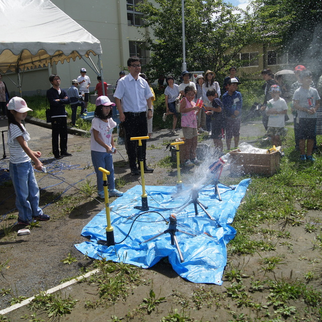 公開講座「ロケットはなぜ飛ぶか~PETボトルロケットコンテスト~」が開催されました。